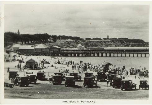 THE BEACH, PORTLAND (ca1940-ca1950) Image Courtesy of the State Library of Victoria, Image No. H86.98/429 http://handle.slv.vic.gov.au/10381/84638