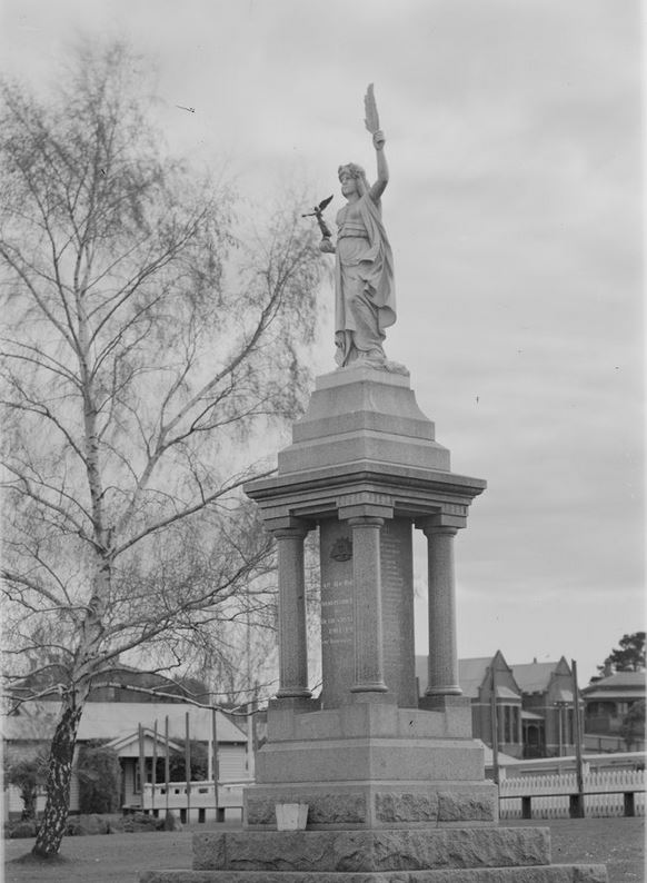 HAMILTON WAR MEMORIAL c1930-1954. Image courtesy of the State Library of Victoria Image no. H32492/2728 http://handle.slv.vic.gov.au/10381/63654