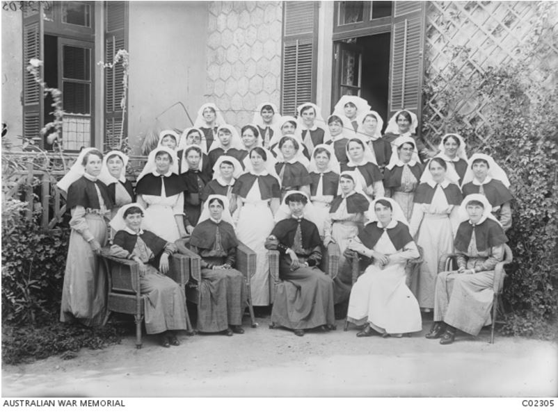 HAMILTON NURSE DAISY DAVISON (2nd back row, 3rd from left) AT THE 1ST AUSTRALIAN STATIONARY HOSPITAL, ISMAILIA, EGYPT c FEB 1917. Photographer Henry Powell. Image courtesy of the Australian War Memorial https://www.awm.gov.au/collection/C02305/